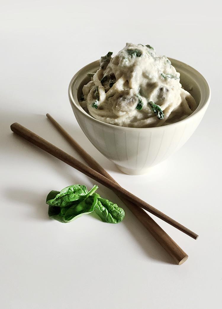 Udon con crema di anacardi, funghi e spinaci