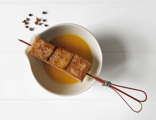 Spiedini di tofu saporiti con crema di zucca